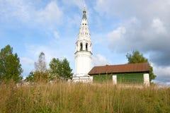 Klokketoren van de Kathedraal van de Verlosser` s Transfiguratie op de Kathedraalheuvel in de September-dag Sudislavl, Rusland Royalty-vrije Stock Foto's