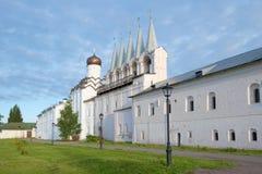 Klokketoren van het Uspensky-klooster in de bewolkte September-ochtend Tikhvin, Rusland Stock Afbeelding