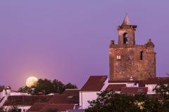 Klokketoren van kerk met super maan Royalty-vrije Stock Foto's