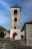Klokketoren van Orthodoxe kerk met steendak in dorp van Theologos, Thassos-eiland, Griekenland Stock Foto