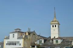 Klokketoren van Santiago Apostol Church And Houses met zeer Oude die Daken praktisch in Castropol worden gebroken royalty-vrije stock afbeeldingen