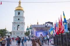 Klokketoren van St Sophia Cathedral, stadium en vlaggen van landen Stock Foto's