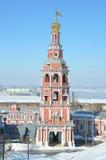 Klokketoren van Stroganovskaya-kerk in Nizhny Novgorod in de winter, Rusland royalty-vrije stock foto's