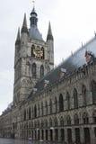 Klokketoren van Ypres met de Gebiedenmuseum van Vlaanderen. royalty-vrije stock foto
