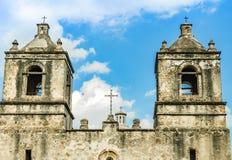 Klokketorens van de kerk van Opdrachtconcepción in San Antonio Texas stock foto's