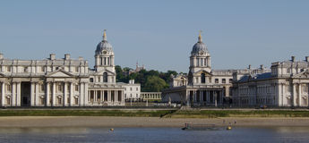 Klokketorens van de oude Koninklijke Zeeuniversiteit in de Theems in Greenwich, Engeland Stock Foto