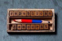 Klokt alternativt primat begrepp för republikansk demokrat Tappningask, träkubuttryck med bokstäver för gammal stil som är röda Fotografering för Bildbyråer