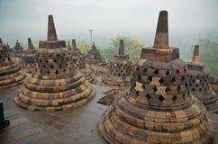 Klokvormige stupas van de Borobudurtempel Stock Foto