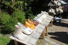Klompen - brinquedos de madeira tradicionais da est?tua das sapatas da obstru??o em Lisse, Pa?ses Baixos, Holanda Tempo de mola n fotografia de stock royalty free