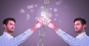 Klonen Sie den Doppelmann, der mit genetischer DNA und Scheinen sich berührt stockbilder