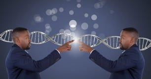 Klonen Sie den Doppelmann, der mit genetischer DNA und Scheinen sich berührt lizenzfreies stockfoto