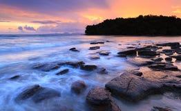 Klong在日落的muang海滩, Krabi,泰国海景 库存照片