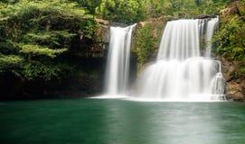 Klong Chao vattenfall på ön av Koh Kood, Thailand Arkivfoto