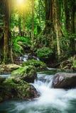 Klong LAN-vattenfall, härlig vattenfall i rainforest på Kampan Royaltyfria Foton