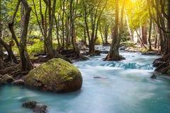 Klong LAN-vattenfall, härlig vattenfall i rainforest på Kampan Royaltyfria Bilder