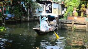 Klong LatMayom kanal som svävar marknaden på Bangkok Thailand stock video