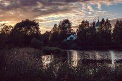 Klooster bij het meer in de avond stock afbeeldingen
