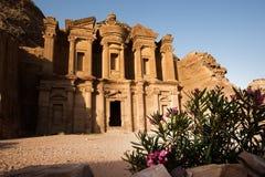 Klooster bij Oude stad van Petra met bloemen in voorzijde, Jordanië stock foto