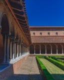 Klooster en binnenplaats van Kerk van Jacobins, in Toulouse, Frankrijk stock foto's