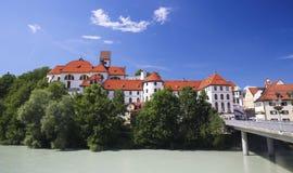 Klooster en Lech River in Fussen in Beieren, Duitsland stock afbeeldingen
