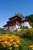 Klooster met bloemen Stock Foto