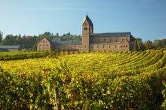 Klooster met een wijngaard stock afbeeldingen