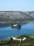 Klooster in mooie rivier Krka in Kroatië stock foto