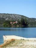 Klooster in mooie rivier Krka in Kroatië 3 stock afbeeldingen