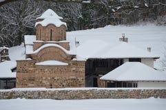 Klooster Poganovo in Serbbia in sneeuw wordt behandeld die stock fotografie