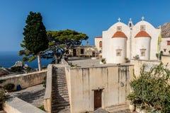 Klooster Preveli met een mening bij de oceaan royalty-vrije stock afbeeldingen