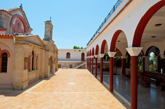 Klooster van de overspannen binnenplaats van Panagia Kalyviani op het eiland van Kreta, Griekenland Royalty-vrije Stock Fotografie