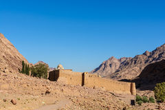 Klooster van St Catherine en bergen dichtbij van de berg van Mozes, Sinai Egypte Stock Afbeeldingen