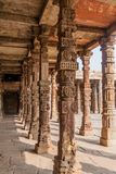 Kloosterkolommen bij Quwwat-ul-islammoskee, Qutub complex in Delhi, Ind. royalty-vrije stock foto's