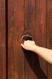 Klopfen auf einer Holztür Stockbild