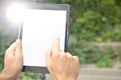 Klopfen auf einer Tablette Stockfotos