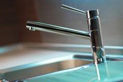 Klopfen Sie in der modernen Küche Lizenzfreie Stockfotografie