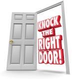 Klopfen Sie die Wörter der rechten Tür-3d finden Suchbeste Kunden Solutio Stockfotografie