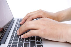Klopfende Tastatur des Fingers des Mannes Lizenzfreie Stockfotos