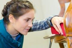 Klopfender Stift der Polsterungsarbeitskraft vom Stuhl stockbilder