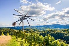 Klopotec, strada slovena del vino del mulino a vento tradizionale autentico ed attrazione del locale unici in Slovenia Fotografie Stock