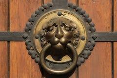 Kloppers bij een deur van St Thomas Church (Thomaskirche) in Leipzig, Stock Afbeeldingen
