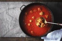 Klopsik w pomidorowym kumberlandzie w niecce na kamiennym tle obrazy stock