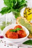 Klopsiki w pomidorowym kumberlandzie i grzance z basilu pesto dinner zdjęcie royalty free