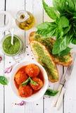 Klopsiki w pomidorowym kumberlandzie i grzance z basilu pesto dinner obrazy stock