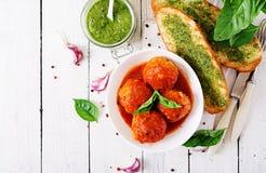 Klopsiki w pomidorowym kumberlandzie i grzance z basilu pesto dinner obraz stock