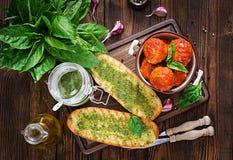 Klopsiki w pomidorowym kumberlandzie i grzance z basilu pesto dinner fotografia stock