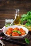 Klopsiki w pomidorowym kumberlandzie i grzance z basilu pesto dinner zdjęcia stock