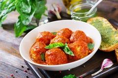 Klopsiki w pomidorowym kumberlandzie i grzance z basilu pesto dinner obraz royalty free