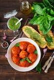 Klopsiki w pomidorowym kumberlandzie i grzance z basilu pesto dinner obrazy royalty free