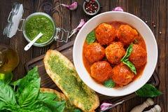Klopsiki w pomidorowym kumberlandzie i grzance z basilu pesto dinner fotografia royalty free